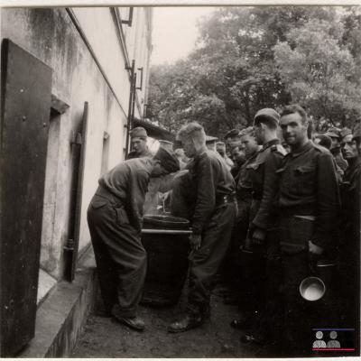 ©ICRC/1940.07.31/War 1939-1945. Schubin. Stalag XXI B, prisoners of war camp. English prisoners of war, food distribution/ICRC Photo Library V-P-HIST-01522-05